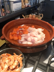 Découpe en gros dés, crevettes décortiquées et réservées