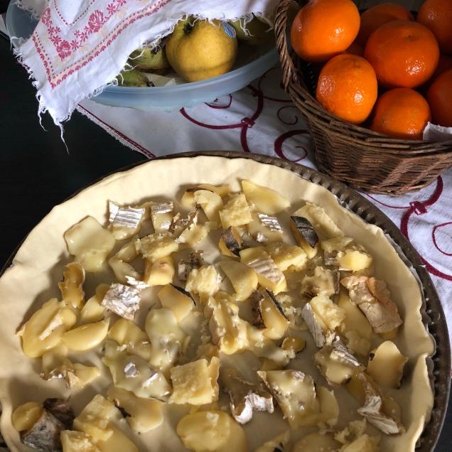 Pate feuilletée et rogatons de fromages en morceaux