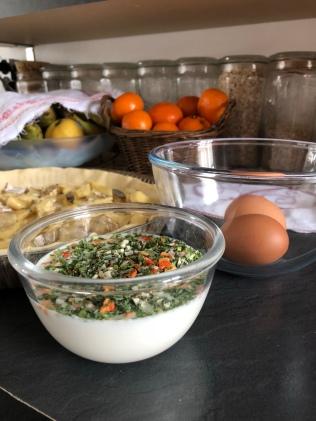 Migaine à l'œuf battu avec du lait et des fines herbes à la provençale